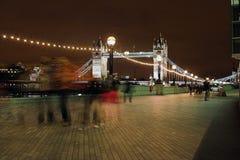 Londen bij nacht die (naar huis gaat) Stock Foto