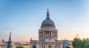 Londen bij schemer Verhevenheid van St Paul Cathedral Royalty-vrije Stock Foto
