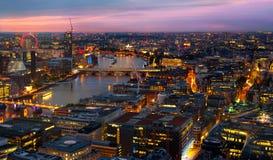 Londen bij zonsondergang De achtergrond van de stad De nacht steekt de kant van Westminster aan Royalty-vrije Stock Afbeeldingen