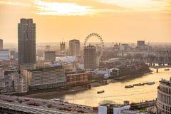 Londen bij zonsondergang met lichten en bezinning Mening bij de aria van Westminster, Stock Fotografie