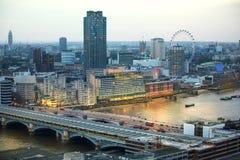 Londen bij zonsondergang met lichten en bezinning Mening bij de aria van Westminster, Royalty-vrije Stock Foto