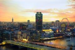 Londen bij zonsondergang met lichten en bezinning Mening bij de aria van Westminster, Royalty-vrije Stock Afbeelding
