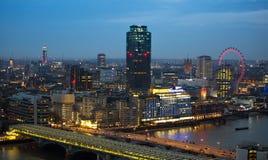 Londen bij zonsondergang met lichten en bezinning Mening bij de aria van Westminster, Stock Foto