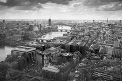 Londen bij zonsondergang met lichten en bezinning Mening bij de aria van Westminster, Stock Foto's