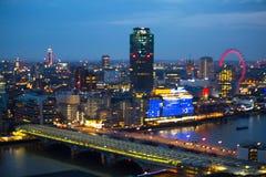 Londen bij zonsondergang met lichten en bezinning Mening bij de aria van Westminster, Stock Afbeeldingen