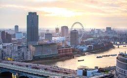 Londen bij zonsondergang met lichten en bezinning Mening bij de aria van Westminster, Royalty-vrije Stock Foto's