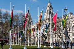 LONDEN - BRENG 13 IN DE WAR: Vlaggen die in het Parlement Vierkant in Londen vliegen Royalty-vrije Stock Foto's