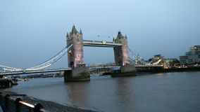Londen Bridge. Londen centrum England River dark stock images