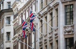 LONDEN, Britse vlaggen bij de bouw van voorgevel Stad van Londen Stock Foto's