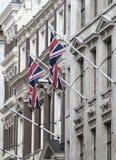 LONDEN, Britse vlaggen bij de bouw van voorgevel Stad van Londen Stock Afbeelding