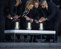 Londen Burgemeester Sadiq Khan en Ambtenaren die Kaarsen voor Wake aansteken royalty-vrije stock afbeeldingen