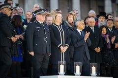 Londen Burgemeester Sadiq Khan en Ambtenaren die Kaarsen voor Wake aansteken stock foto