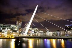 LONDEN, CANARY WHARF het UK - 4 APRIL, de kant van 2014 Luxeflats van docklands en voetbrug Royalty-vrije Stock Fotografie