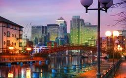 LONDEN, CANARY WHARF het UK - 13 APRIL, 2014 - Moderne glasarchitectuur van Canary Wharf-bedrijfsaria, hoofdkwartier voor banken stock fotografie