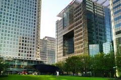 LONDEN, CANARY WHARF het UK - 13 APRIL, 2014 - Moderne glasarchitectuur van Canary Wharf-bedrijfsaria, hoofdkwartier voor banken Royalty-vrije Stock Fotografie