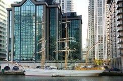 LONDEN, CANARY WHARF het UK - 13 APRIL, 2014 - Moderne glasarchitectuur van Canary Wharf-bedrijfsaria, hoofdkwartier voor banken Royalty-vrije Stock Afbeeldingen