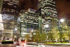 LONDEN, CANARY WHARF het UK - APRIL 4, van 2014 de buis van Canary Wharf, bus en taxipost in de nacht Royalty-vrije Stock Foto