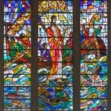Londen - Christus die Peter in het overzeese onweer op het gebrandschilderde glas in de kerk St Catharine Cree helpen Royalty-vrije Stock Afbeeldingen