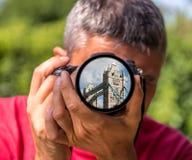 Londen - de Torenbrug op de lens van een Fotograaf Royalty-vrije Stock Foto's