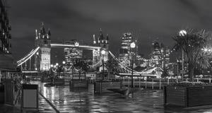 Londen - de de de Torenbruid, promenade en wolkenkrabbers bij schemer royalty-vrije stock afbeeldingen