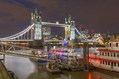 Londen - de Torenbruid, promenade met de schepen en de wolkenkrabbers bij schemer Royalty-vrije Stock Fotografie