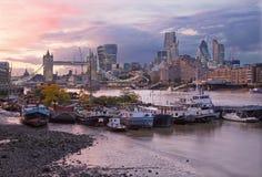 Londen - de de de Torenbruid, schepen en wolkenkrabbers in avondschemer Stock Foto