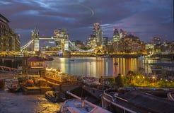 Londen - de de de Torenbruid, schepen en wolkenkrabbers bij schemer Royalty-vrije Stock Foto's