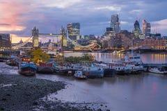 Londen - de de de Torenbruid, schepen en wolkenkrabbers bij schemer Stock Afbeeldingen