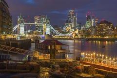 Londen - de de de Torenbruid, schepen en wolkenkrabbers bij schemer Stock Fotografie