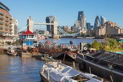 Londen - de de de Torenbruid, schepen en wolkenkrabbers in de ochtend Royalty-vrije Stock Foto
