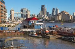 Londen - de de de Torenbruid, schepen en wolkenkrabbers in de ochtend Stock Fotografie