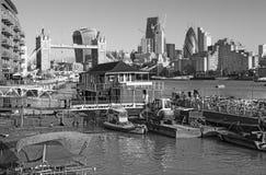 Londen - de de de Torenbruid, schepen en wolkenkrabbers in de ochtend Royalty-vrije Stock Foto's