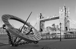 Londen - de van de Torenbrug en zon klok op de rivieroever in ochtendlicht Stock Foto