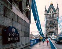 Londen in de zomer bij Torenbrug stock foto