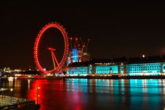 Londen en rivier Theems bij schemer Het Oog van Londen in Londen stock foto