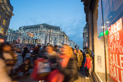 """LONDEN, ENGELAND € """"30 DECEMBER, 2014: De straat van Oxford op verkoopoverzees Royalty-vrije Stock Foto's"""