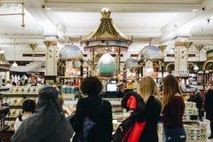 Londen, Engeland - April 4, 2017: Interi van het Harrodswarenhuis Royalty-vrije Stock Foto