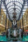 Londen, Engeland - Augustus 28 2014: Beeldhouwwerk van Galleria van het Hooi binnen royalty-vrije stock afbeelding