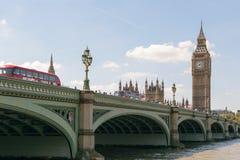 Londen, Engeland - 31 Augustus 2016: De brug van Westminster en Big Ben-mening Stock Foto