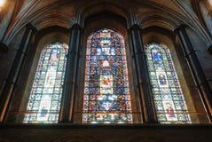LONDEN, ENGELAND - AUGUSTUS 02, 2013: Gebrandschilderd glasvenster in Cathe Stock Afbeelding