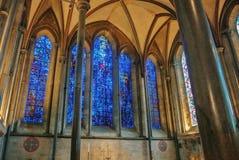 LONDEN, ENGELAND - AUGUSTUS 02, 2013: Heldere blauwe gebrandschilderd glaswinst Royalty-vrije Stock Foto's