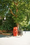 LONDEN, ENGELAND - AUGUSTUS 01, 2013: Het heldere rode klassieke Engels Stock Foto's