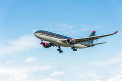 LONDEN, ENGELAND - AUGUSTUS 22, 2016: Jy-AIF Royal Jordanian-Luchtbus A330 die in de Luchthaven van Heathrow, Londen landt royalty-vrije stock fotografie