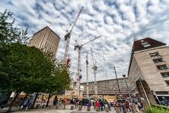 LONDEN, ENGELAND - AUGUSTUS 18, 2016: Londen de stad in met Mensen en Bouwgebied Shell Centre op Achtergrond met Bewolkt Blauw Royalty-vrije Stock Fotografie