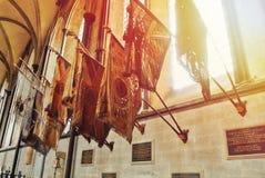 LONDEN, ENGELAND - AUGUSTUS 02, 2013: Oude vlaggen binnen Stock Afbeeldingen