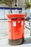 Londen, Engeland, het UK - 18 Augustus, 2017: Iconische rode postbus in Lo Stock Fotografie