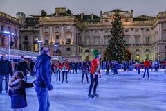 Londen, Engeland, het UK - 29,2016 December: Mensen die van het schaatsen genieten Stock Foto's