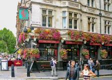 Londen, Engeland/het Verenigd Koninkrijk - Sept. 16, 2011: een landschapsmening van de beroemde Rode Leeuw De Rode Leeuw is een v stock fotografie