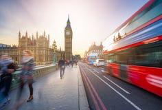 Londen, Engeland - iconisch Big Ben en de Huizen van het Parlement met beroemde rode dubbeldekker vervoeren per bus royalty-vrije stock afbeeldingen