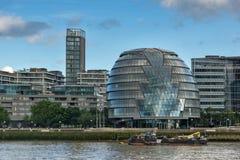 LONDEN, ENGELAND - JUNI 15 2016: Het Stadhuis van de nachtmening in stad van Londen van de rivier van Theems, Groot-Brittannië Stock Foto